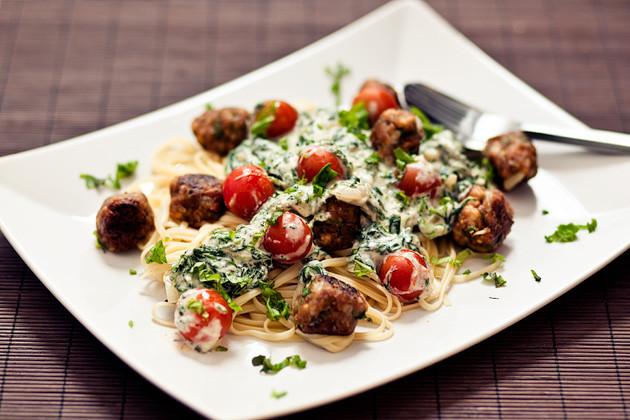 Linguini mit Tofubaellchen und Joghurt-Spinat-Sauce