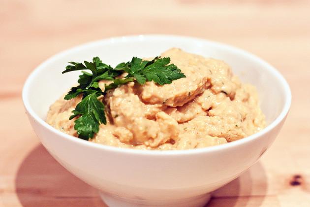 Das vegane Rezept für Hummus besteht aus gesunden Zutaten