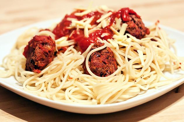 spaghetti mit bohnenbaellchen und tomatensauce vegan guerilla. Black Bedroom Furniture Sets. Home Design Ideas
