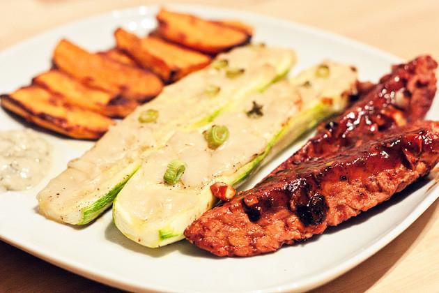 Tempeh mit gebackenen Zucchini und Suesskartoffelspalten