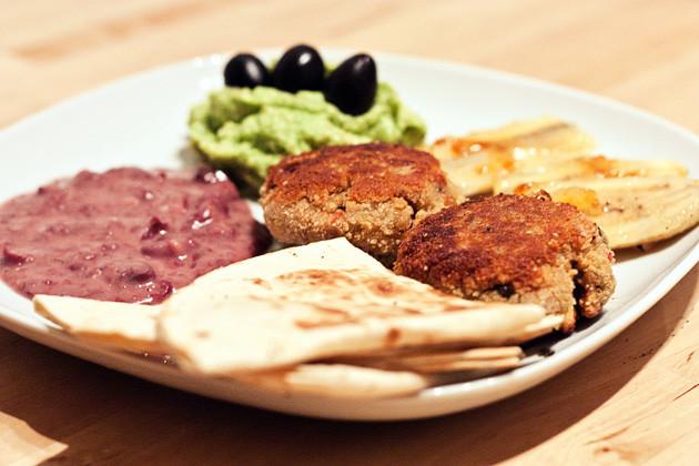 Quesadillas, Bohnenmus & Tofubratlinge