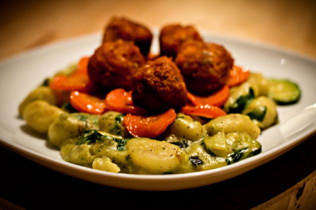 Gnocchi mit karamelisierten Karotten und Tofubaellchen in einer Spinat-Senf-Sahne-Sauce