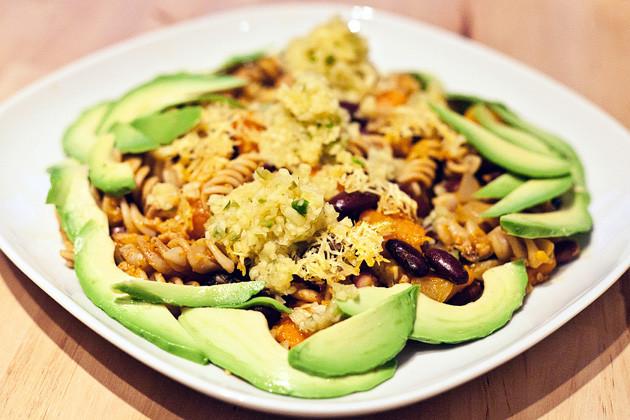 Kuerbis-, Bohnen-, Oliven- Vollkornnudelauflauf mit Mangosauce