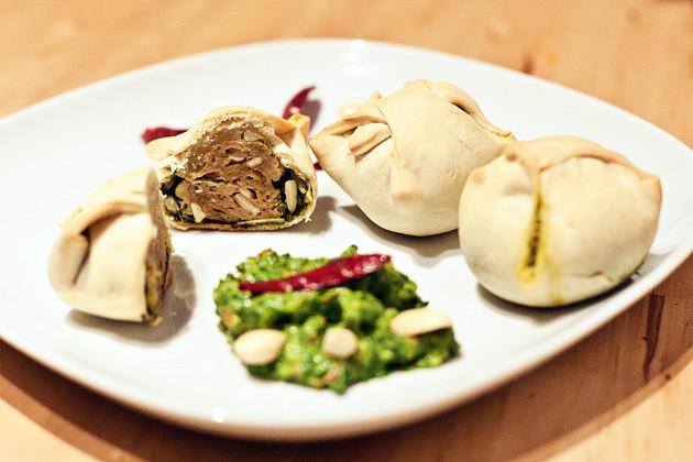 Mandel-Seitan mit Spinatcreme in Empanada-Teig
