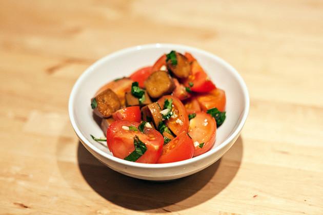 Tomatensalat mit Sherry-Seitanwuerstchen