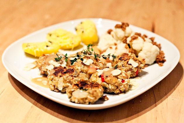 Mini-Tofubratlinge mit gebackenen Kartoffeln und Blumenkohl