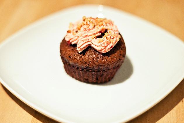 Kakao-Cupcake mit Erdbeer-Frosting