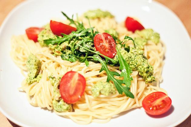 Spaghetti mit Macadamia-Rucola Pesto