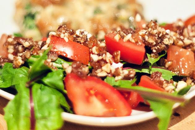 Tomaten-Loewenzahn Salat mit Dattel-Nuss-Dressing