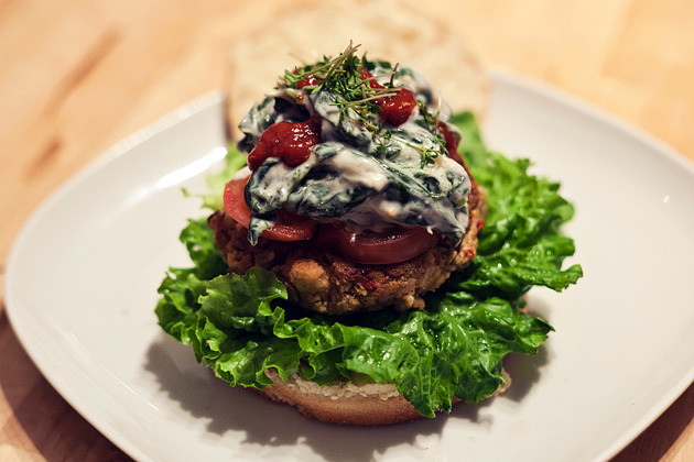 Gruenkern-Tofu-Burger mit Spinat-Joghurt Sauce