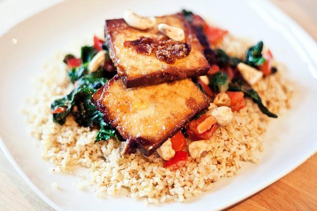 Gebackener Tofu auf Bulgur-Gemuesebett