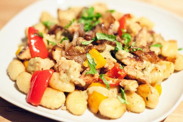 Knuspriger Tofu mit Paprika, karamelisierten Zwiebeln & Gnocchi