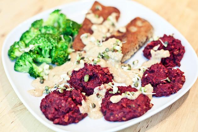 Rote Bete-Suesskartoffel-Plaetzchen mit Seitan & Walnuss-Sauce