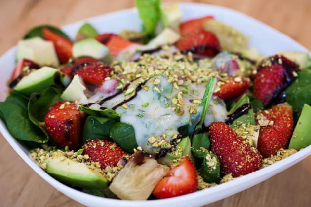 Salat mit Erdbeeren & Minz-Dressing