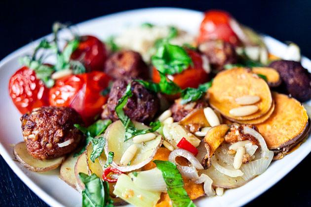Gebackenes Gemuese, Tofubaellchen & Couscous