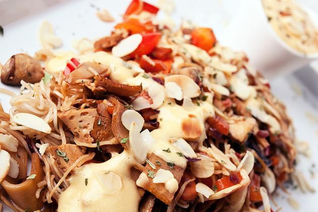 Reisnudel- Gemuesepfanne mit Mango-Kokos-Sauce