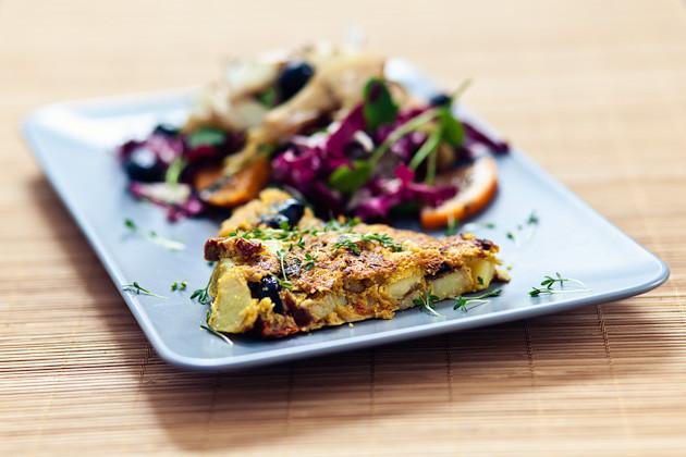 Omelette mit Kartoffeln, Oliven & getrockneten Tomaten