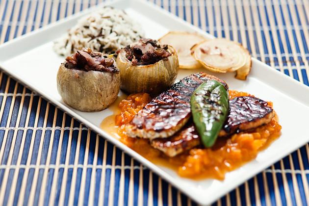 Gefuellte Zwiebeln, BBQ-Tempeh & Reis