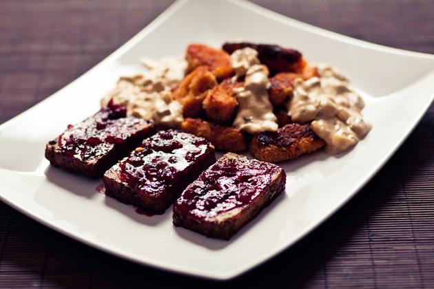 Preiselbeer- Haselnusstofu mit Suesskartoffel- Kroketten & Sahnesauce