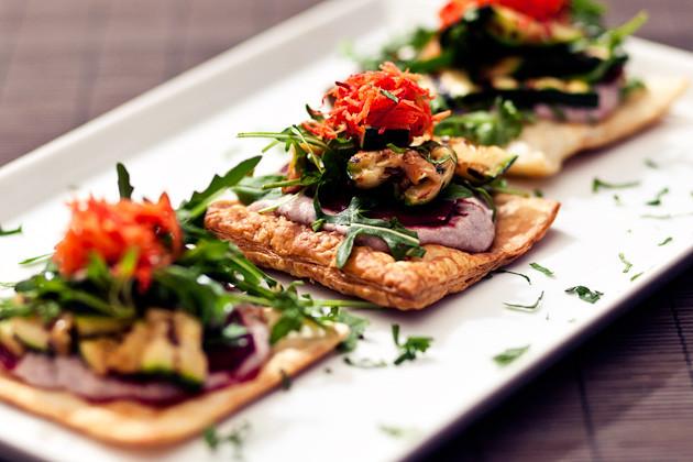 Salat mit gegrillter Zucchini & Cranberry-Sauce auf knusprigem Blaetterteig