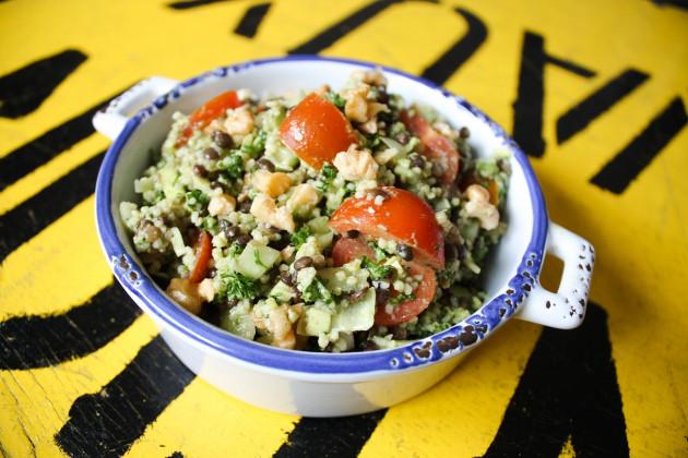 Die Salat Zutaten miteinander vermengen
