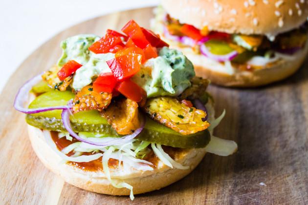 Tempeh- Gyros- Burger mit Krautsalat