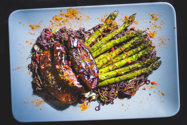 Soja- Hoinsin- Filets mit Spargel & Black Rice Ramen