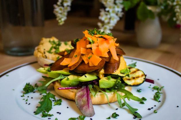 Chorizo- Burger mit Cashew-Cheese & gegrillter Zucchini