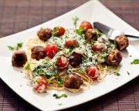 Linguini mit Tofubällchen und Joghurt-Spinat-Sauce