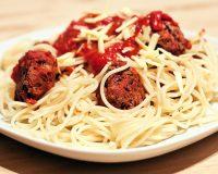 Spaghetti mit Bohnenbällchen und Tomatensauce