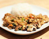 Gemüse mit Erdnusssauce und eingelegtem Seitan