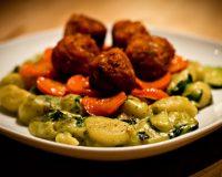 Gnocchi mit karamelisierten Karotten, Tofubällchen & Spinat-Senf-Sauce