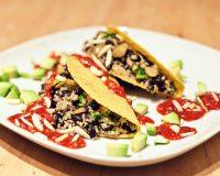 Quinoa & schwarze Bohnen in Tacoshells mit Chipotle-Himbeer-Sauce