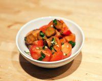 Tomatensalat mit Sherry-Seitanwürstchen
