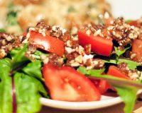 Tomaten-Löwenzahn Salat mit Dattel-Nuss-Dressing