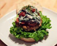 Grünkern-Tofu-Burger mit Spinat-Joghurt Sauce