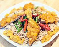 Mie-Nudeln mit Gemüse & mit Mango gebackenem Tofu