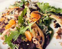 Fenchelsalat mit Mandarinen, Nüssen & Sprossen