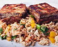 Knuspriger Erdnusscreme-Tofu & Kokos-Gemüse-Reis