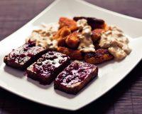 Preiselbeer- Haselnusstofu mit Süßskartoffel- Kroketten & Sahnesauce