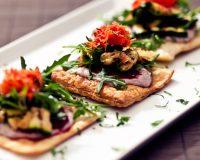 Salat mit gegrillter Zucchini & Cranberry-Sauce auf knusprigem Blätterteig