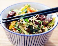Bunte Gemüse Reisnudelpfanne mit Suzhou-Tofu