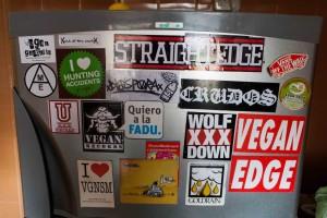 Couchsurfing-Kühlschrank - direkt bekante Sticker entdeckt :)