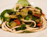 Nudelsalatwraps mit Algen und Mangosauce