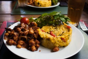 Kichererbsen, Pilze, leckere Sauce, Reis und Salat im Café Bonobo