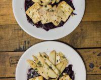 Marinierter Tofu auf Rotwein- Zwiebel Sauce und Ofen- Yams