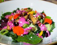 Grünkohl Salat mit Kirschen, Tofu & Rote Bete- Mandel Dressing
