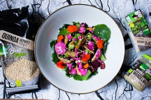 Grünkohl Salat mit Kirschen, Kapuzinerkresse & Mandelmus-Rote Bete Dressing