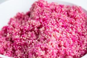 Mit Rote Bete gefärbter Quinoa