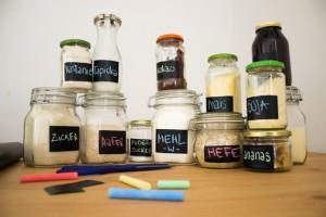 Zutaten in Gläsern mit Tafelfolie